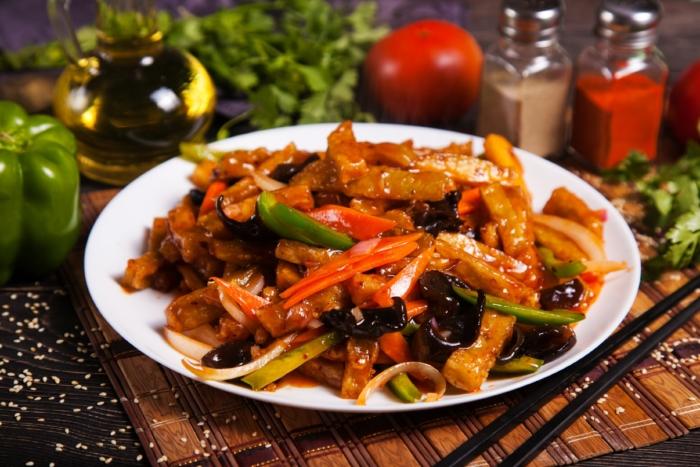 Говядина с овощами на тарелке посыпанная кунжутом