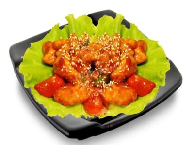 Курица по-китайски в кляре с овощами на тарелке