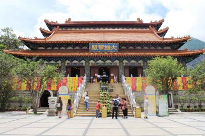 Вход и лестница в монастырь По Лин