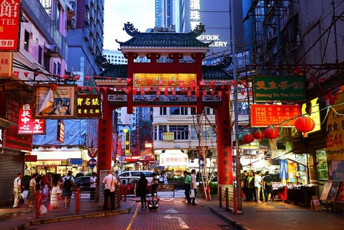 Ночной рынок Temple Street в Гонконге (Китай)