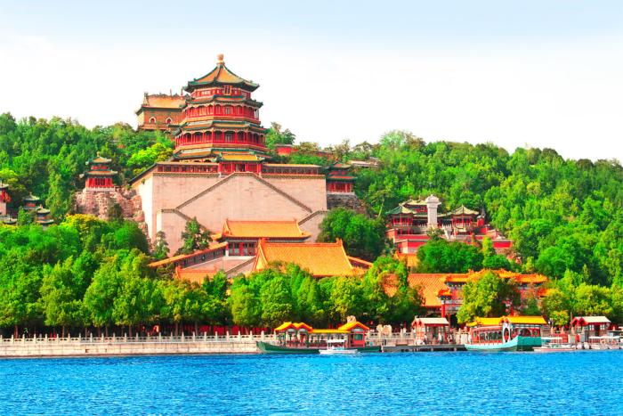 Вид на Летний Императорский дворец с озера Куньмин
