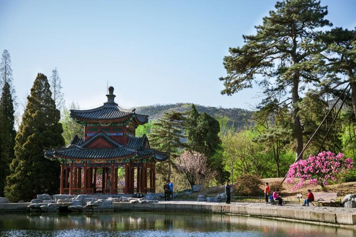 Беседка и пруд в парке Сяншань