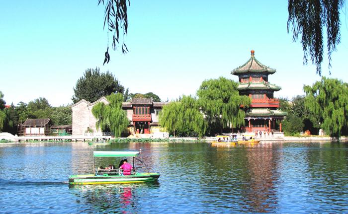 Туристическая лодка на озере Хоухай в Китае