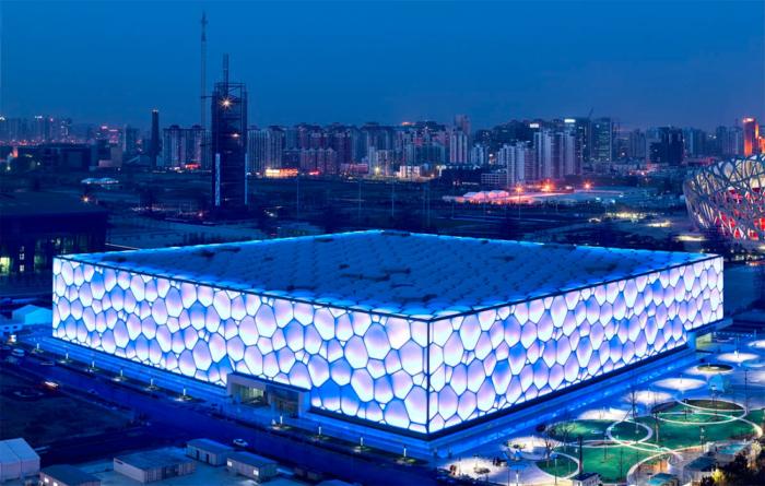 Вид на Пекинский национальный плавательный комплекс ночью