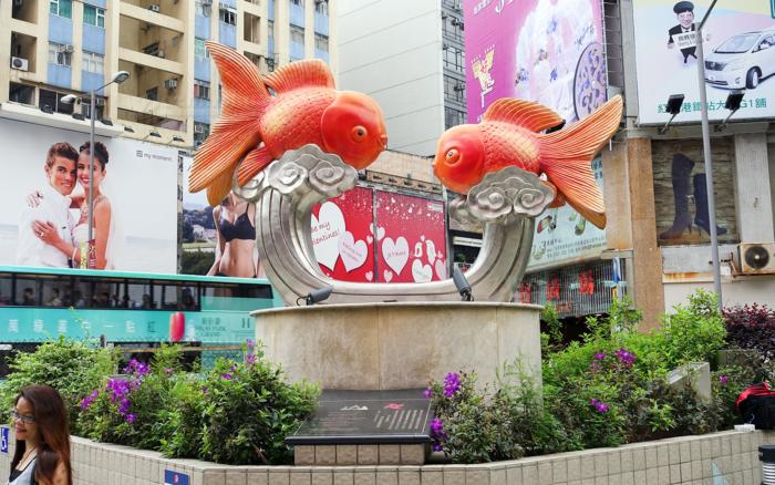 Статуя золотых рыбок на входе в рынок