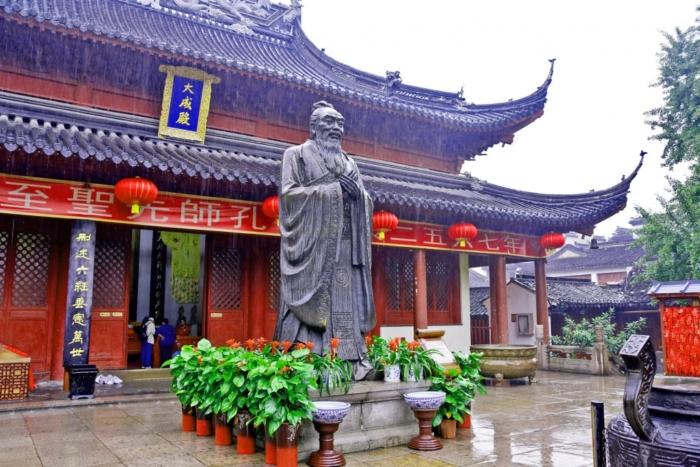 Статуя Конфуция у входа в храмовый комплекс