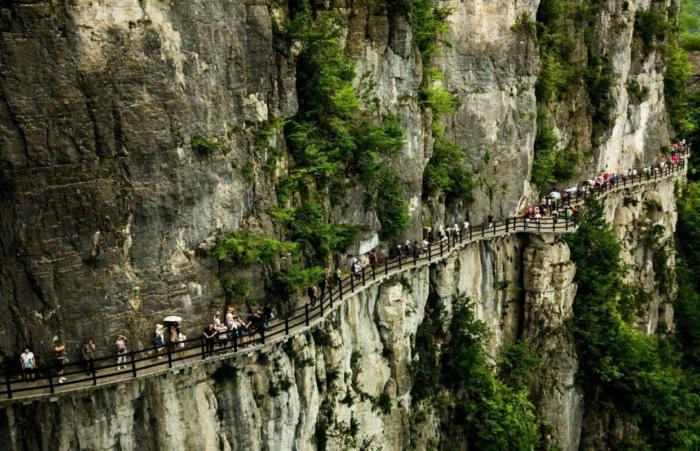Туристы в большом каньоне Цзиндун