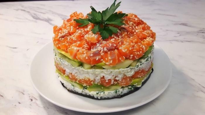 Суши-торт из лосося с огурцами