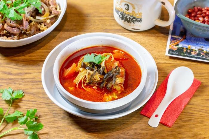 Кисло-острый китайский суп в чашке