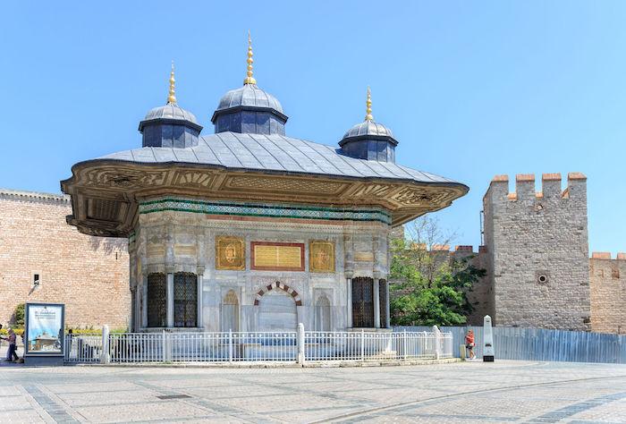 Один из самых древних и красивых фонтанов в Стамбуле - Султана Ахмеда III