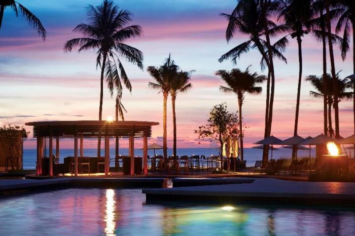 Территория отеля Outrigger Laguna с ночной подсветкой
