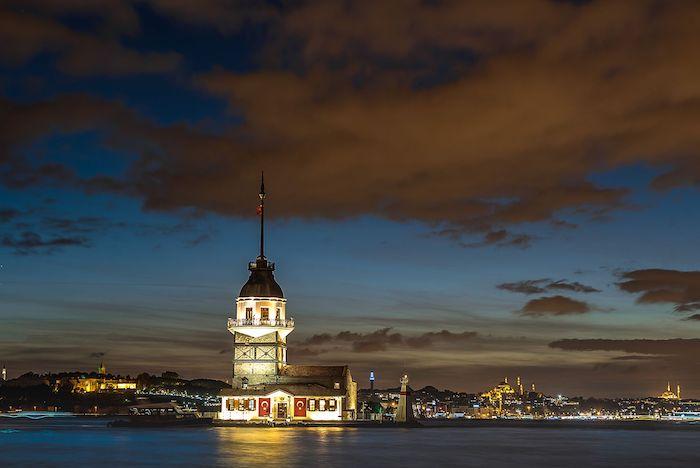 Вид на Девичью Башню в Стамбуле ночью