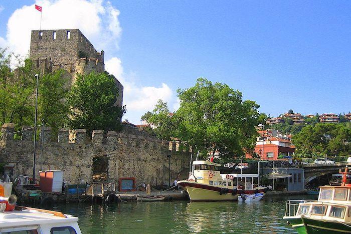 Анадолу Хисары и речка с лодками