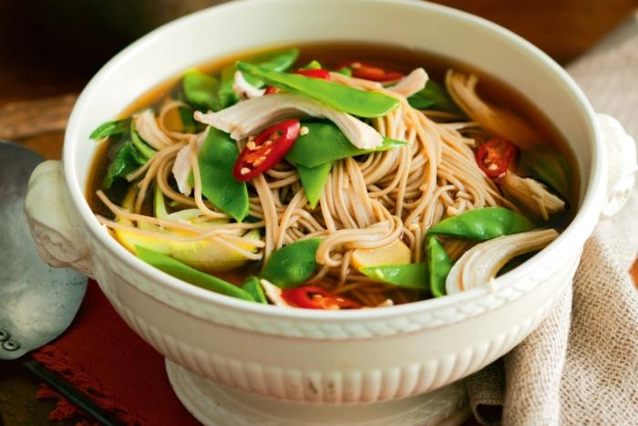 Китайский острый суп с яичной лапшой