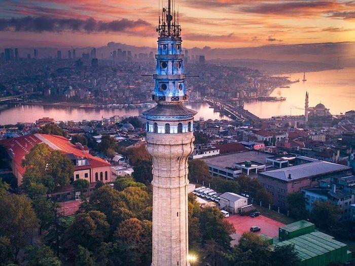 Башня Баязида с ночной подсветкой