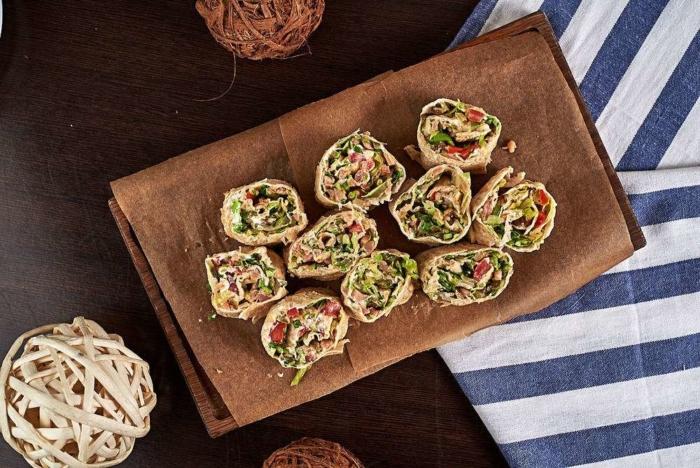 Суши из творога и вяленых помидоров в тортилье