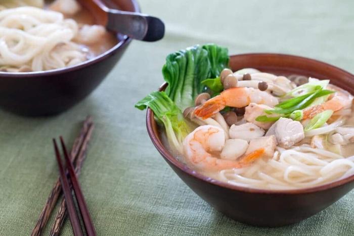 Китайский суп с морепродуктами и зеленью