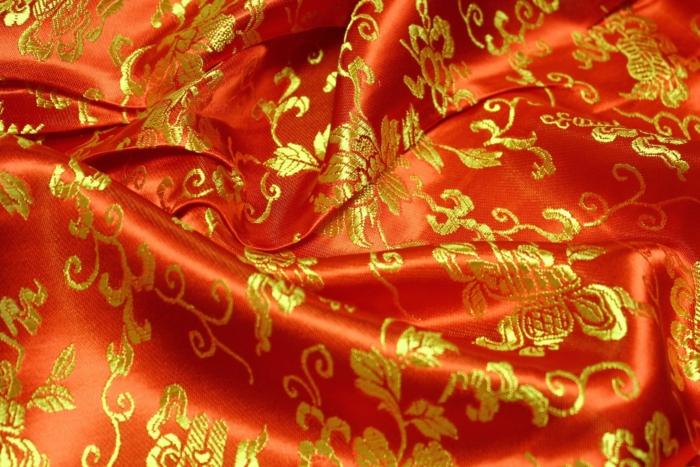 Красный китайский шелк с золотой вышивкой