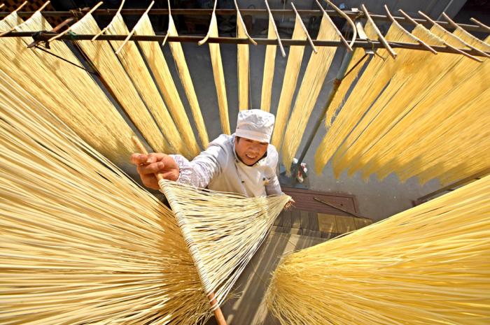 Производство лапши как в древнем Китае