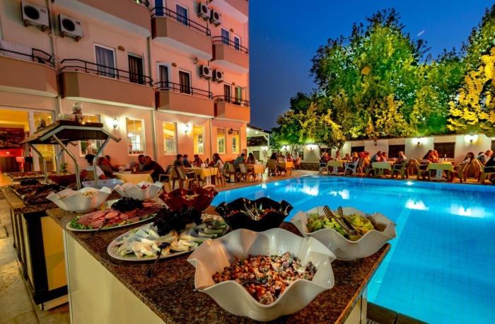 Вечерняя трапеза у бассейна в Asia Hotel 3*