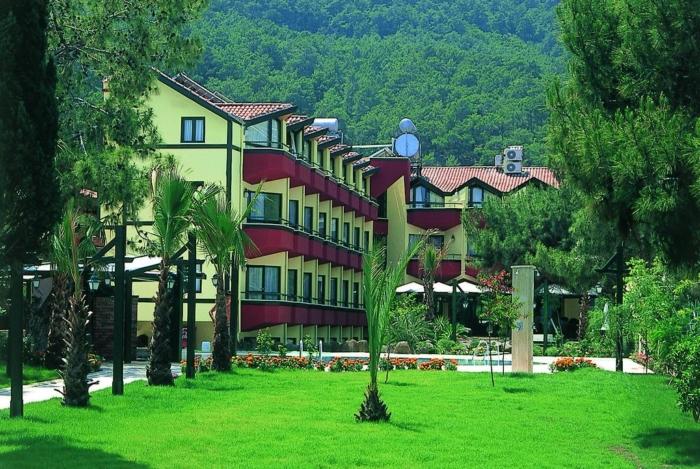 Живописная зеленая территория отеля Sumela Garden