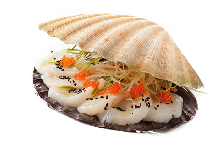 Сашими из гребешка в раковине с икрой