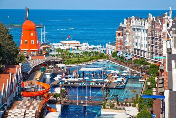 Территория отеля Orange County Resort выполненная в голландском стиле