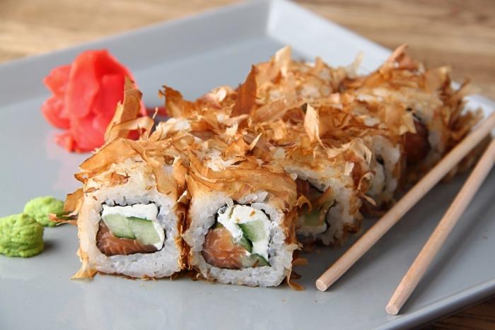 Суши со стружкой тунца