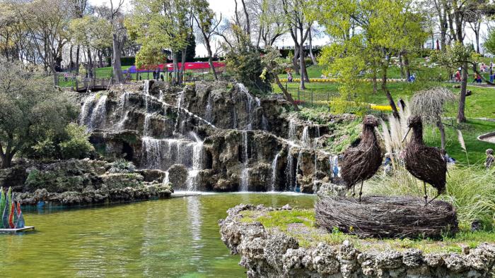 Небольшой водопад и пруд в парке Тюльпанов (Стамбул, Турция)