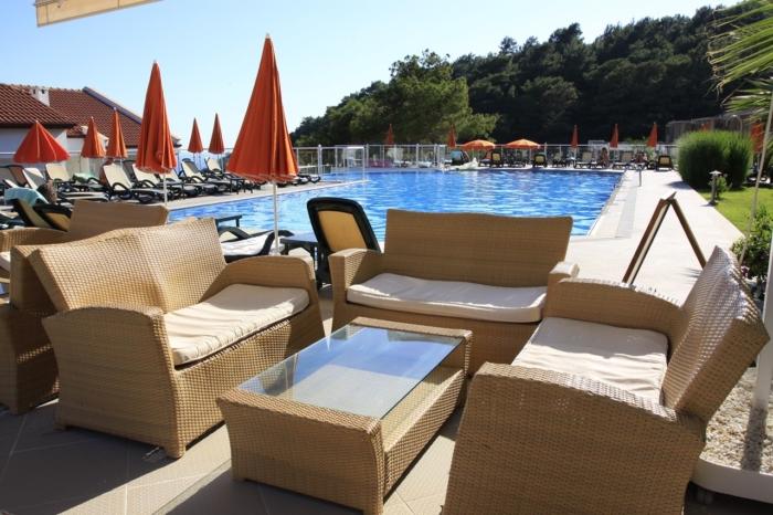 Удобный лежаки у бассейна в Golden Life Heights Deluxe Suite