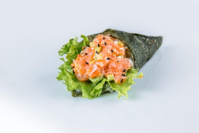 Простые суши с лососем и кунжутными семенами