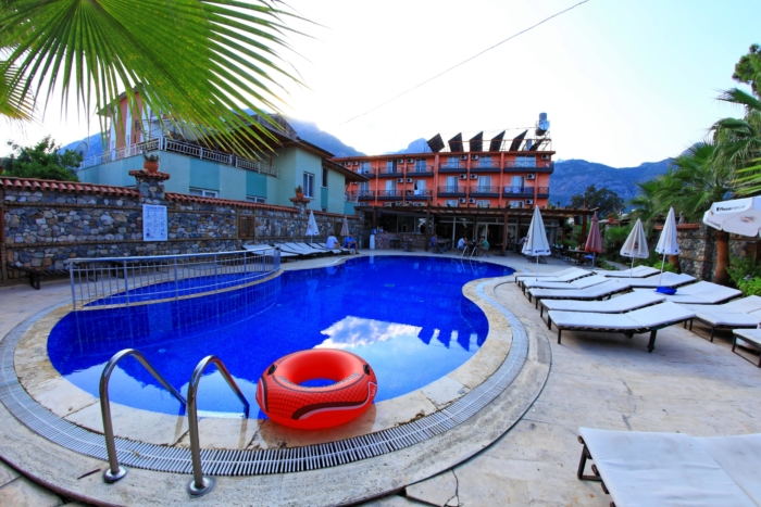 Venus Hotel с лежаками у бассейна