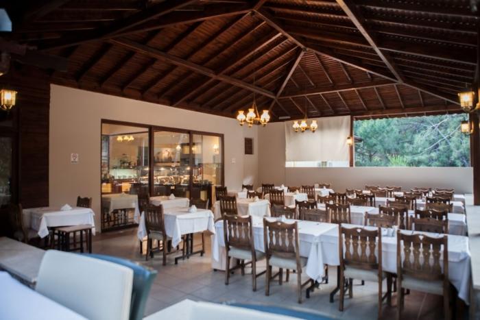 Ресторан с видом на горы в GreenLand hotel
