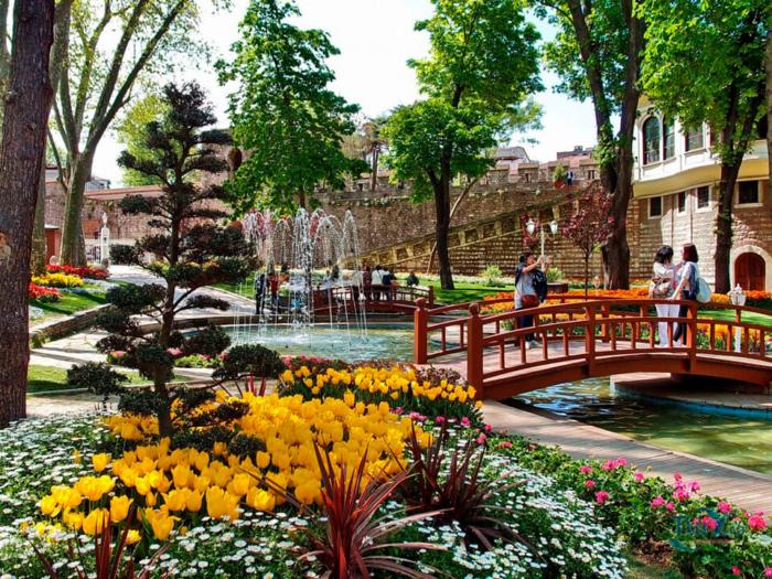 Яркие цветы и мостик в парке Гюльхане в Стамбуле