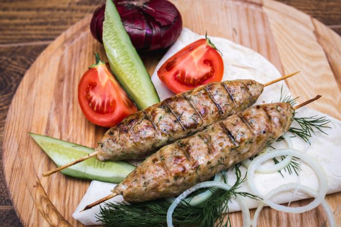 Классический турецкий молотый шашлык поданный с овощами