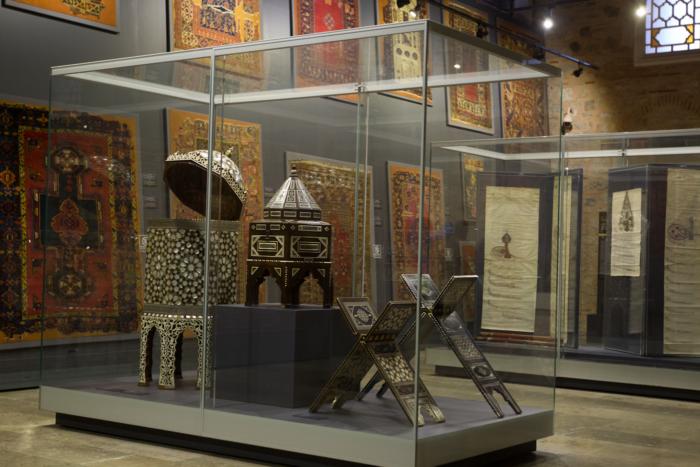 Зал с коврами в музее Древнего Востока в Стамбуле
