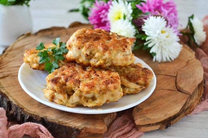 Необычное блюдо с курицей и кальмарами на тарелке с зеленью