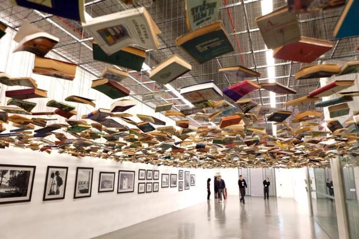 Книжный потолок у музее современного искусства