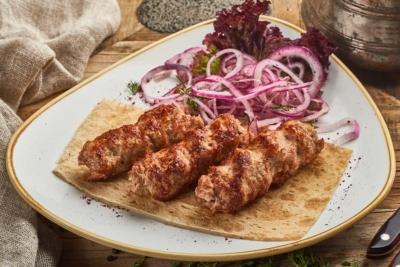 Люля кебаб на тарелке с маринованным луком без шпажек