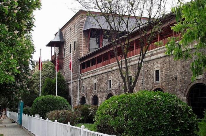 Боковая часть здания музей исламского и турецкого искусства в Стамбуле