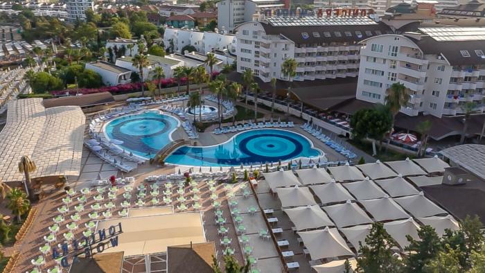 Зонтики, бассейн и ресторан на открытом воздухе в Lonicera World (Alanya, Turkey)