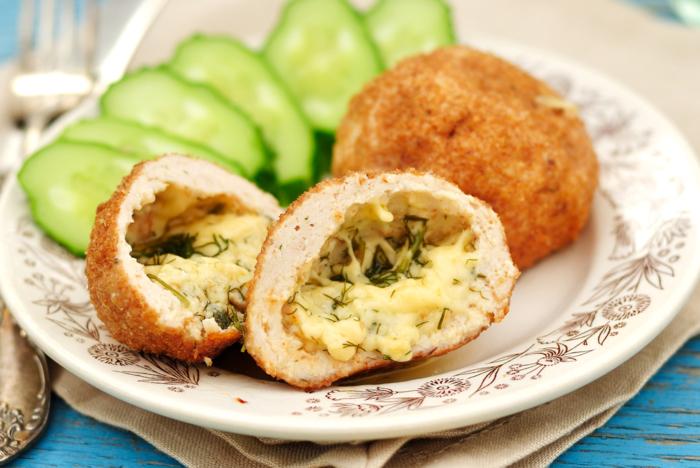 Котлеты из кеты с сыром и зеленью в разрезе