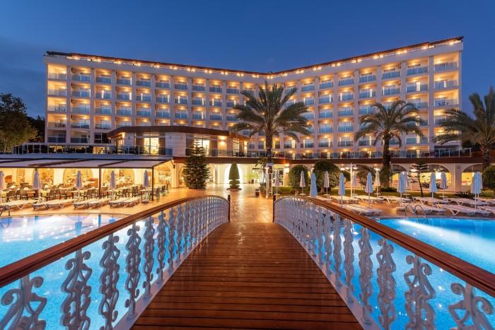 Мостик через бассейн и главное здание Annabella Diamond Hotel & SPA