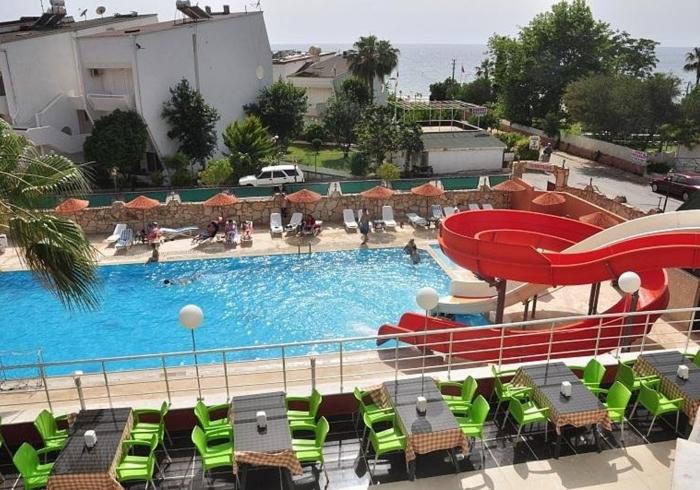 Бассейн с красной горкой в Alanya My Sea Hotel