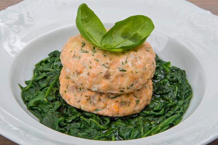 Котлеты из лосося со шпинатом на гарнир