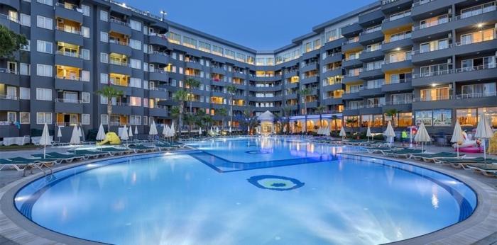 Подсветка бассейна и здания отеля Grand Santana ночью