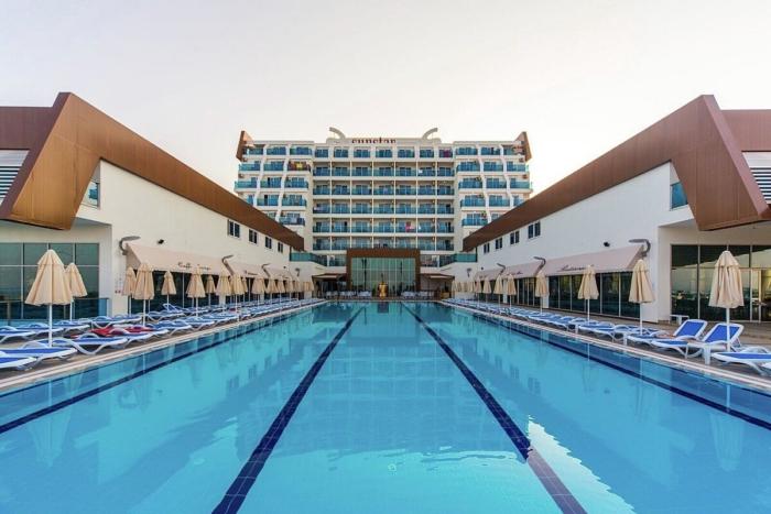 Бассейн и главное здание Sunstar Beach Resort с вывеской