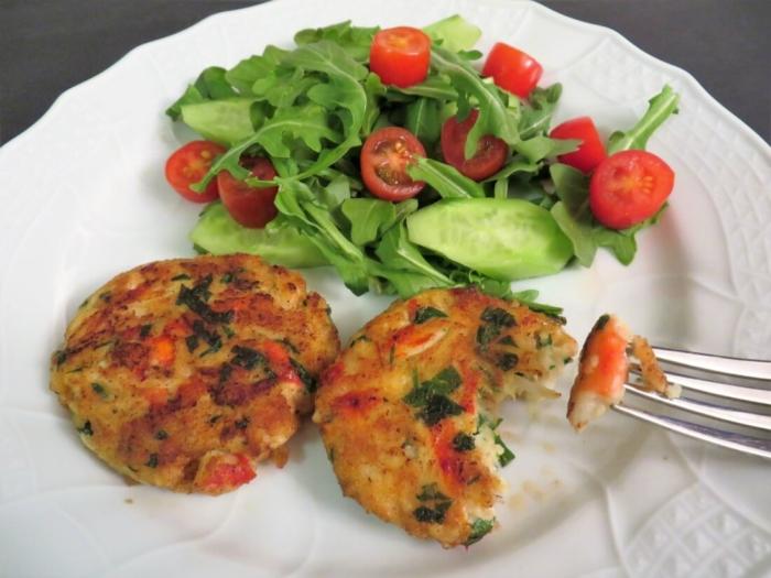 Котлеты из крабового мяса с салатом
